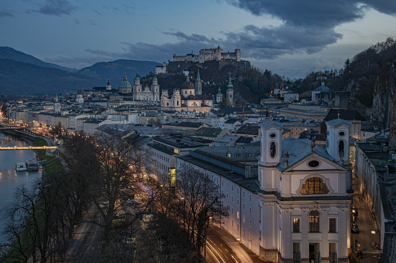 Salzburg City Night Lights River  - keywi / Pixabay